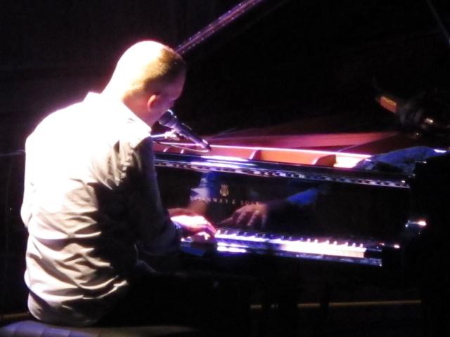Cantando al piano el clásico espiritual negro 'Sometimes I Feel Like A Motherless Child' (foto: Mr. Duck).