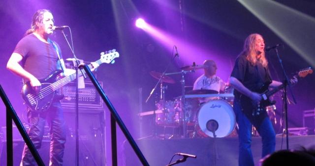 Rafa al bajo, Mariano a la batería y Rosendo a la Strat en la Santana 27 (foto: Mr. Duck).