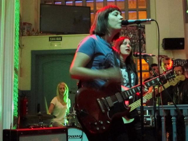 Al fondo la batería rubia Ally, delante la lideresa Kat, en medio su melliza la bajista Lucy (foto: Mr. Duck).