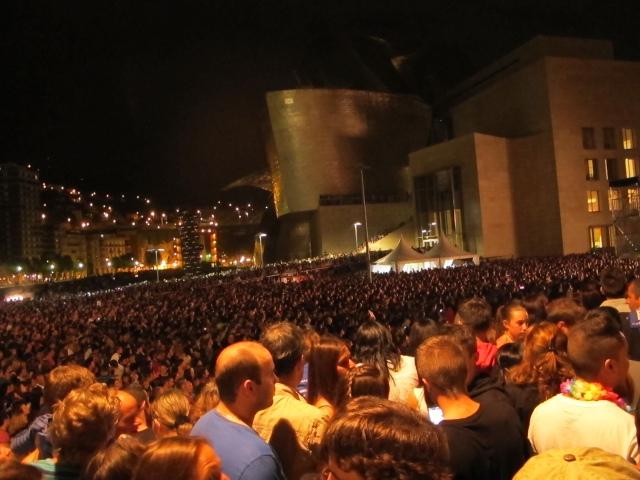 Lo de Malú en fiestas de Bilbao, cuando casi morimos, cuando Pato huyó asustado. Escribía Pato el día después, al enviar las fotos: Menudo agobio de gente y qué peligrosa aglomeración. Me salí de allí, di un rodeo y bajé por la torre Iberdrola para atacar por ese flanco. Había tanta gente o más que por las escaleras: familias, niños a montones subidos a los hombros de sus padres y subidos también por árboles, columpios y las mini atracciones del parque infantil. Había botellón y muchos chavales jugando a las cartas. Era imposible ver nada, ni si quiera las pantallas del escenario. Las fotos que salen de la pantalla son con la cámara brazo en alto. En definitiva, que allí había miles de personas y sólo unos pocos tuvieron la oportunidad de ver algo. El Ayuntamiento debería barajar otros escenarios porque podría ocurrir alguna tragedia. No había vías de escape, ni pasillo de emergencia, ni nada de nada (foto: Mr. Duck).