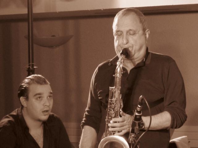 Pasmado el presumido pianista Carl Winther, primer premio de grupos en el Getxo Jazz 2011, atento al soplido de George Garzone (foto: Mr. Duck).