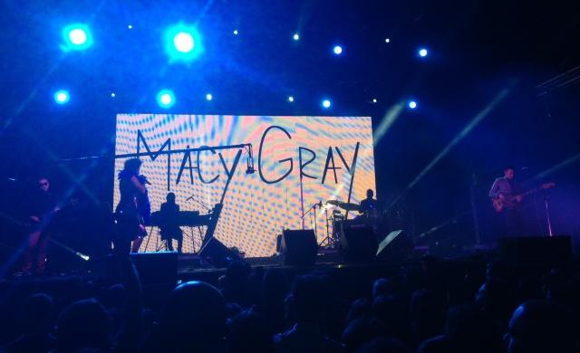 Macy Gray bajo la M de la pantalla, con la boa, en quinteto multirracial (imagen de móvil: Mr. Duck).