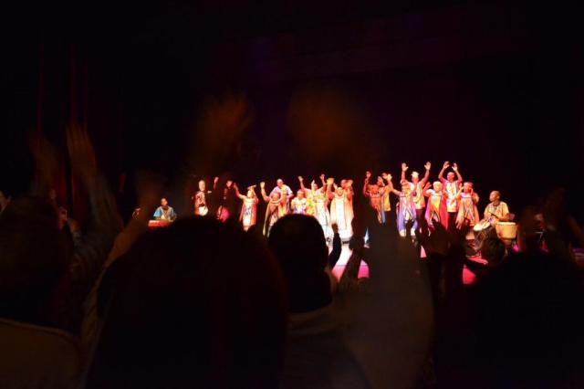 En el final verbenero del concierto, con el público en pie ondeando las manos al son del coro (foto: Mr. Duck).