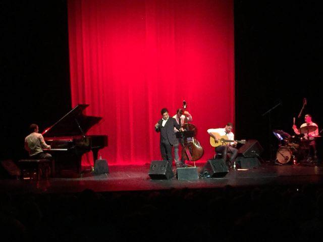 Con la primera chaqueta, al frente del trío de jazz reforzado por el guitarrista flamenco (imagen de móvil: Aideac Comunicación).