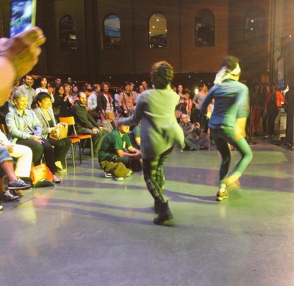 Danzas espontáneas de dos espectadoras ante el tablado en la comparsa carabobeña 'Préstame tu burra' (foto: EXIB Música).