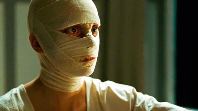 El rostro vendado de Nelly sitúa las imágenes postmodernistas de 'Phoenix' en los 'Ojos sin rostro' de Franju.