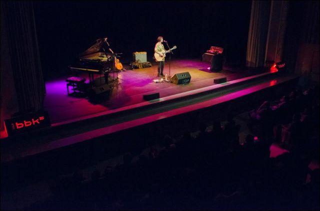 Su arsenal instrumental en escena: piano de cola, dos guitarras, el violín en su caja y las cerillas en su bolsillo (foto: Mikel Martínez de Trespuentes / Sala BBK).
