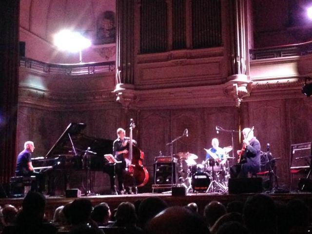 Zoom a Marc Copland (piano), Drew Gress (double bass), Joey Baron (drums) y John Abercrombie (guitar) creemos que en el tercer tema, 'Vértigo' (imagen de móvil: Mr. Duck).