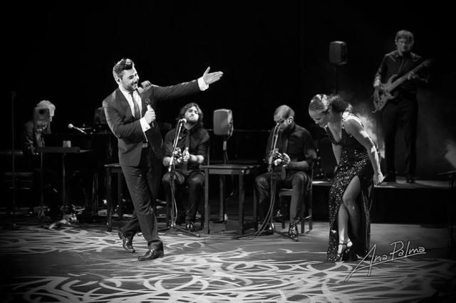La escenografía y la música pretenden recrear ambiente de jazz clásico (foto: Ana Palma).