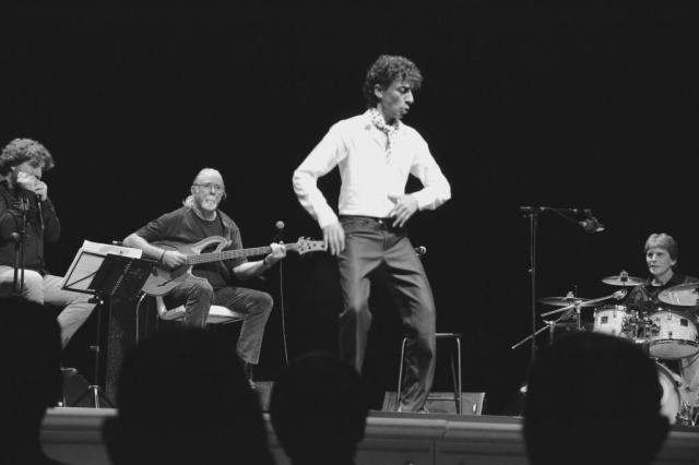 Tomasito, elegante, flacurrio y gracioso al cantar iconoclasta y al bailar marcando los vértices (foto: Mr. Duck).