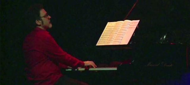 Jerónimo atento a la partitura esa tarde (captura de vídeo).