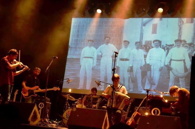 Los pelotaris de antaño en imagen tras el quinteto guerniqués (foto: Mr. Duck).