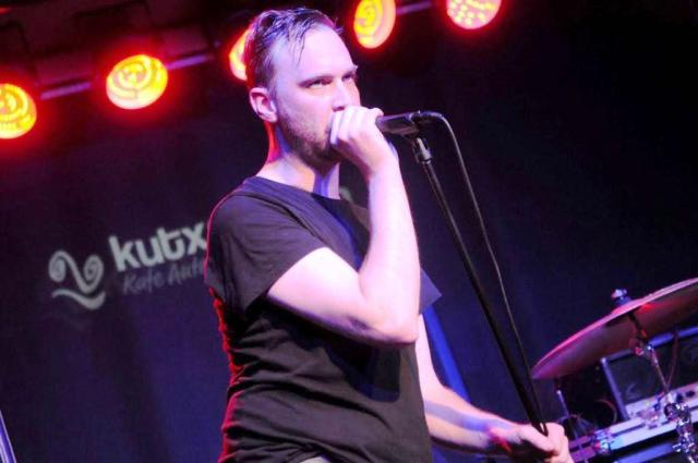 Paul Sykes, cantante de voz filtrada, con Paul Division y el after punk al fondo (foto: Carlos García Azpiazu).