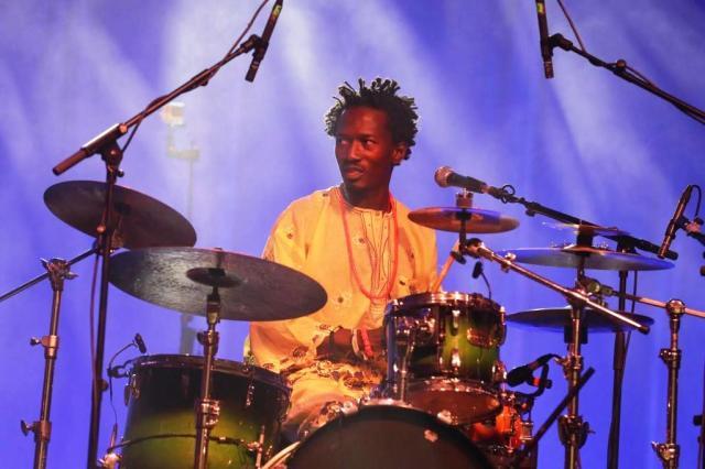 Akin Dimeji Onasanya, el líder nigeriano, a la batería y la voz (foto: Peru Urresti / Aula de Cultura de Getxo).