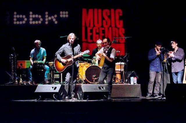 'For Everyman', la tercera que cantó Browne, con mucha percusión y palmas quizá sobrantes de bajista y guitarrista (foto: Mikel Martínez de Trespuentes / Sala BBK).