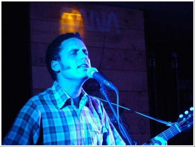 La luz azul del bienintencionado blue-eyed songwriter hispano Depedro (foto: Danello Littlebro).
