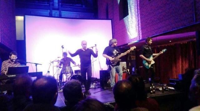 Julián Sanz (teclados y melódica), Jesús Alonso (batería), Javier Corcobado (voz), Sergio Devece (bajo) y Juan Pérez Marina (guitarra) debajo de la piscina de La Alhóndiga (imagen de móvil: Torkel).